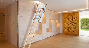 Jeśli strych jest przede wszystkim miejscem do przechowywania przedmiotów i odwiedzamy go stosunkowo rzadko, warto zamontować specjalne schody składane.