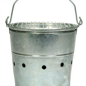 Grill BBQ w stalowym wiaderku ozdobi każdy ogród. Można go przenosić dzięki drewnianej rączce. Fot. White House Design