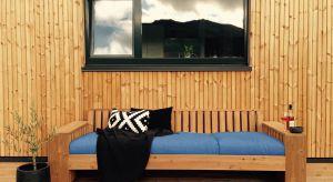 Drewniane deski elewacyjne na ścianach domów to jedno z najbardziej popularnych rozwiązań architektonicznych ostatnich lat. Nie ma w tym nic dziwnego, ponieważ dodają budynkom niepowtarzalnego charakteru, ocieplają ich wygląd, a do tego są ponadc