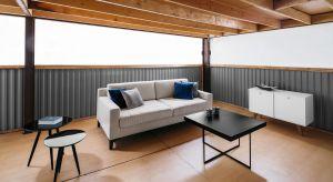 Proste, minimalistyczne meble należą do tych elementów wyposażenia wnętrz, które znakomicie prezentują się w niemal każdej przestrzeni.