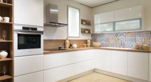 Białe kuchnie to rozwiązanie na lata. Kuchnia w białym kolorze jest nie tylko ponadczasowa, ale również z łatwością poddaje się aranżacyjnym zmianom.