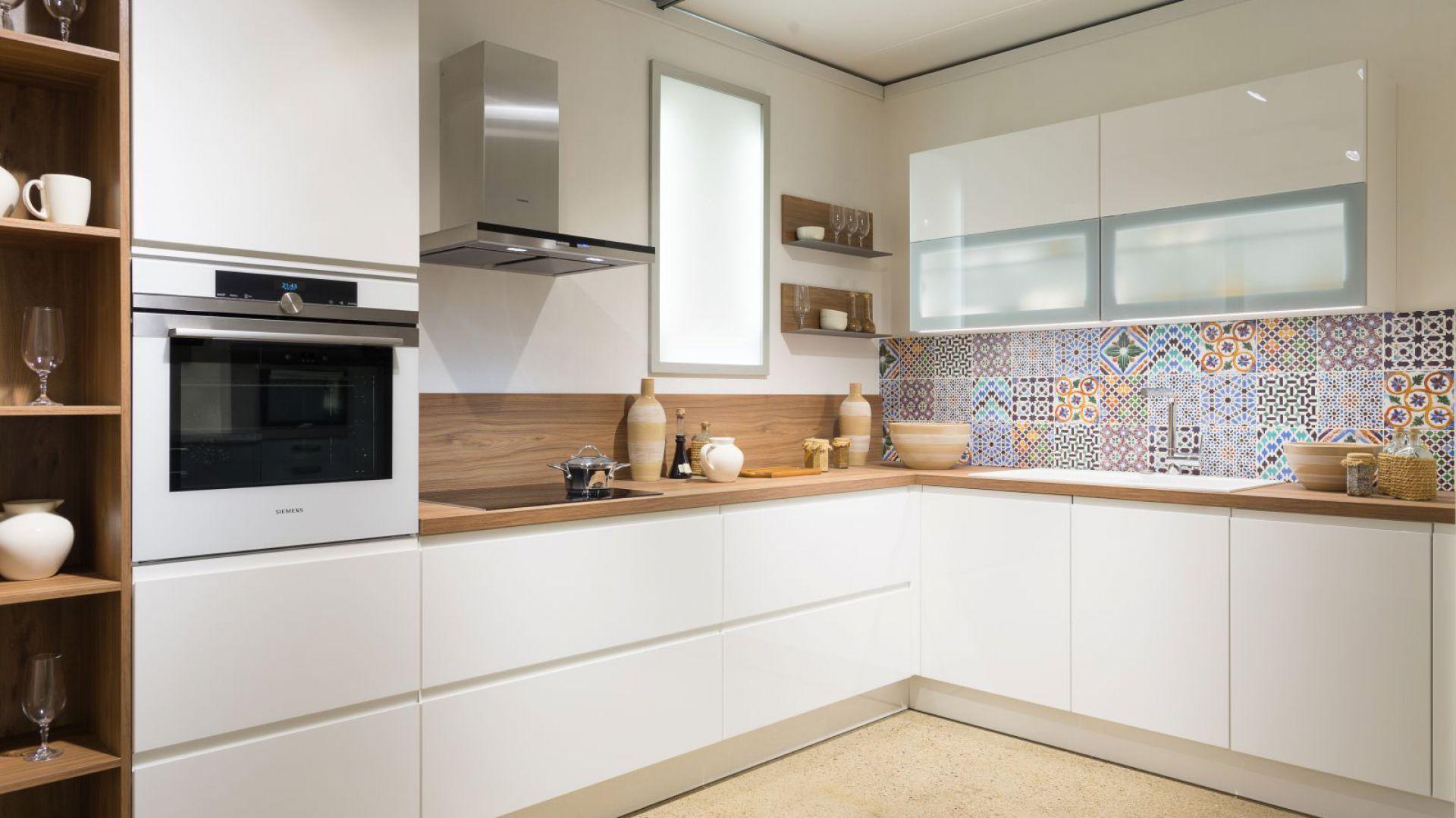 bia a kuchnia z drewnianym bia a kuchnia aran acje klasyczne i nowoczesne. Black Bedroom Furniture Sets. Home Design Ideas