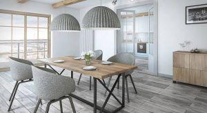 Stół z litego drewna będzie bowiem pięknie komponowało się z jasnymi wnętrzami, stonowaną kolorystyką, oszczędnymi dodatkami i miękkimi, naturalnymi tkaninami.