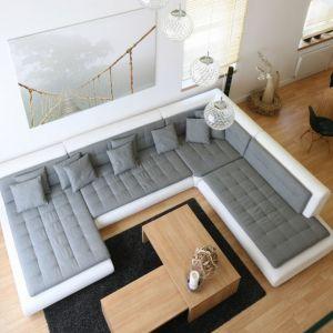 Dwupiętrowy salon możemy zaaranżować właściwie dowolnie, kierując się zasadami urządzania każdej strefy dziennej. Projekt: Magdalena Błaszczak. Fot. Bartosz Jarosz