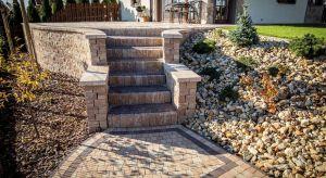 Wykorzystywanie materiałów o spójnej stylistyce to prosty sposób na stworzenie harmonijnej kompozycji ogrodowej.