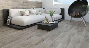 Naturalne drewno po raz kolejny stało się inspiracją dla projektantów oraz zapowiedzią jednego z najpopularniejszych trendów w aranżacji wnętrz w nadchodzącym sezonie.