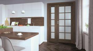 Drewno swą prostotą i naturalnym pięknem uwodzi pod każdą postacią. Znakomicie komponuje się też z różnorodnymi materiałami, kolorami i dodatkami, stanowi więc eleganckie rozwiązanie dla każdej wnętrzarskiej stylizacji.