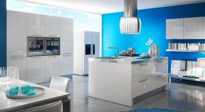 Niebieski kolor w aranżacji kuchni to doskonały sposób by zatrzymać na dłużej wspomnienia z wakacji nad morzem.