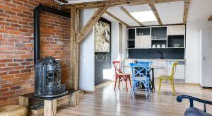 Piękne mieszkanie na poddaszu urządzono w eklektycznym stylu. Zobaczcie jego wnętrze.