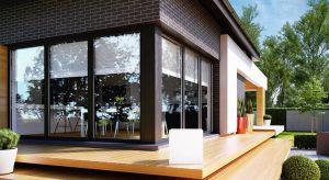 Projekty domów, uwzględniające duże przeszklenia, odpowiadają najnowszym trendom w budownictwie. Znacznie podnoszą atrakcyjność elewacji, nadając całej bryle ekskluzywnego charakteru.