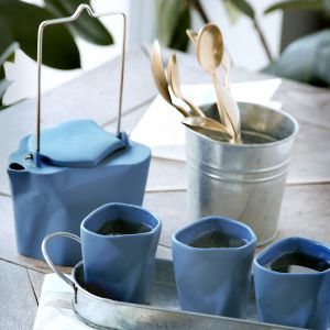 Pogięte: czajnik z kubeczkami. Fot. Ćmielów Design Studio
