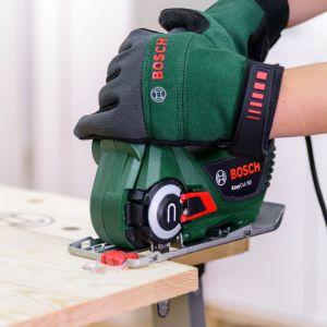 Jeśli płyty są dłuższe od wymaganych w projekcie, za pomocą piły, np. EasyCut 50 Bosch, przytnij płyty na długość 120 cm i 115 cm. Fot. Bosch