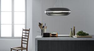 Loop, okap wyspowy, wykonany z lakierowanej stali na biało. Dodatkową opcją jest stal lakierowana na kolor czarnobrązowy lub stal inox. Produkt zgłoszony do konkursu Dobry Design 2018.
