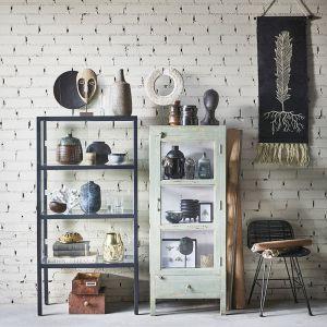 W jednym salonie regały mogą mieć różne style. Fot. HK Living