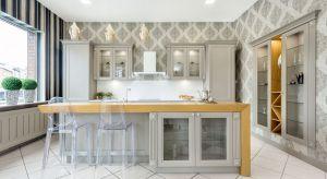 Kuchnia należy do najtrudniejszych pomieszczeń – zwłaszcza jeśli chodzi o jej urządzenie. Musi być ładnie, wygodnie i komfortowo. Dziś przedstawimy wam niebanalny sposób na wykończenie ściany w kuchni – a mianowicie płynną tapetę.