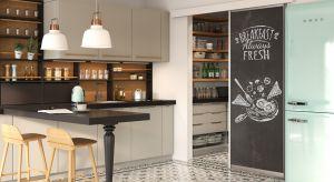 Wystarczy nieco wolnego miejsca, trochę wyobraźni oraz kilka sprawdzonych rozwiązań, by stworzyć w domu ergonomiczną i funkcjonalną przestrzeń na własnoręcznie przygotowane przetwory.