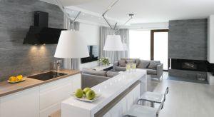 Kuchnia otwarta na salon to nadal jeden z wiodących aranżacyjnych trendów. Jak ją urządzić? Zobaczcie pomysły architektów.