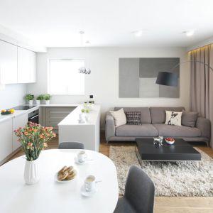Jasne kolory i białe ściany to rewelacyjny pomysł na małe wnętrze - zawsze optycznie powiększy przestrzeń. Projekt: Katarzyna Uszok. Fot. Bartosz Jarosz