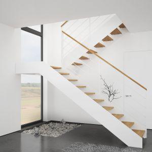 Schody Futura ze stopniami z mozaiki bukowej, w kolorze natura, balustradą Weld malowaną na biało oraz pochwytem w kolorze stopni. Fot. Rintal Polska