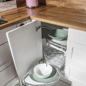 Narożne szafki są idealne do przechowywania garnków i małych urządzeń AGD. Fot. Peka