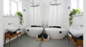 Białe łazienki są na topie już od kilku dobrych lat, a za wyborem tego koloru do aranżacji wnętrza przemawia wiele argumentów... praktycznych.
