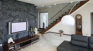 Na szafce RTV, w zabudowie typu meblościanka czy zawieszony na ścianie? Gdzie najlepiej umieścićtelewizor w salonie?