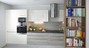 Mała kuchnia nie oznacza konieczności rezygnowania z podstawowych sprzętów AGD – to, że miejsca jest mniej w ogóle nie ma znaczenia.Można zdecydować się na mniejszą wersję urządzeń do zabudowy.Ukryte pod szafką, wyposażone zostały w