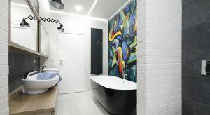 Urządzona w loftowym stylu łazienka została stworzona z myślą o dwóch nastoletnich dziewczynkach. Młode domowniczki do swojej dyspozycji mają wygodny, kompletnie wyposażony salon kąpielowy.