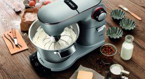 Entuzjaści gotowaniai profesjonaliści docenią nowe funkcjonalności, takie jak: zintegrowana waga, timer czy automatyczne programy do wyrabiania ciasta drożdżowego, ubijania śmietany i piany z białek.