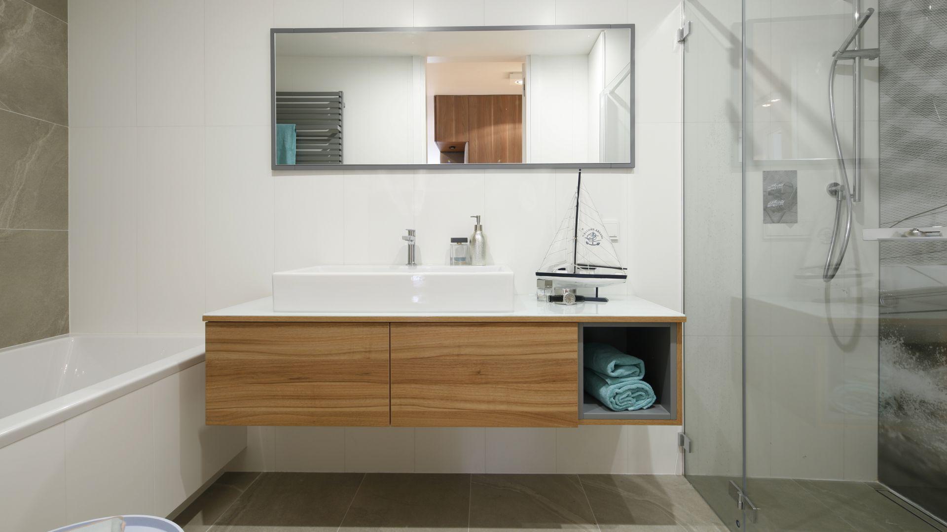 Niewielka przestrzeń łazienki została urządzona z optymalnym wykorzystaniem miejsca oraz dbałością o wygodę każdego z domowników. Projekt: Przemek Kuśmierek. Fot. Bartosz Jarosz