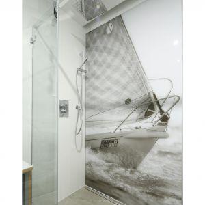 Ścianę w strefie prysznica zdobi wyjątkowa fototapeta. Drukowane cyfrowo na szkle zdjęcie pochodzi ze zbiorów właścicieli. Projekt: Przemek Kuśmierek. Fot. Bartosz Jarosz