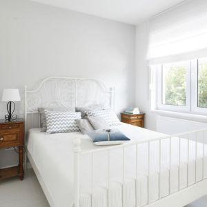 Sypialnia w modnej bieli, z białym łóżkiem. Projekt: Joanna Ochota. Fot. Bartosz Jarosz