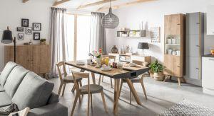 Wygodny stół nie musi być duży, bo salon to raczej przestrzeń służąca relaksowi. Warto wybrać jednak model rozkładany, bo przecież w salonie przyjmujemy także gości.