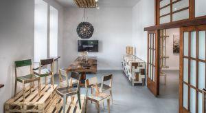 Wystawa Nieśpieszne arcydzieło, którą w czerwcu br. można było zobaczyć w Galerii KOOKU zgromadziła prace kilku współczesnych twórców zafascynowanych drewnem, m.in. Pieta Hein Eeka.