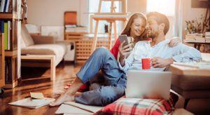 Coraz więcej urządzeń codziennego użytku potrafi nas nie tylko wyręczyć w różnych czynnościach, ale i komunikować się między sobą. To właśnie ta sieć komunikacji potrafi uczynić nasz dom inteligentnym.