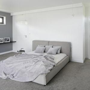 Sypialnia urządzona w nowoczesnym stylu. Projekt: Projekt: Maria Biegańska, Ewelina Pik. Fot. Bartosz Jarosz