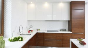 Zlewozmywak jest nieodłącznym elementem każdej kuchni, nawet jeśli na co dzień korzystamy ze zmywarki. Niejednokrotnie zdarza się, że myjemy w nim ręce, żywność czy po prostu większych rozmiarów naczynia, które nie mieszczą się do zmywarki