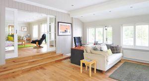 Sama decyzja, aby w salonie zamontować podłogę drewnianą, to nie wszystko. Musimy jeszcze zdecydować, czy wolimy deski, parkiet czy mozaikę. Każdy rodzaj podłogi drewnianej ma bowiem nieco inne cechy.