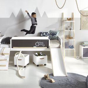 Łóżko z drabinką, zjeżdżalnią i tablicą do malowania. Taki mebel zapewni doskonale pole do zabawy. Fot. Cuckooland