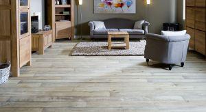 Postarzane podłogi przywołują wspomnienia wakacji w starych, wiejskich domach, są odpowiednie do rewitalizowanych obiektów, a jednocześnie genialnie prezentują się w nowoczesnych aranżacjach.