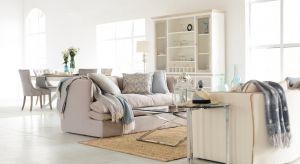 Poduszki ułożone na sofie zapewniają wygodne podparcie dla zmęczonych pleców. To także świetna dekoracja wnętrza.