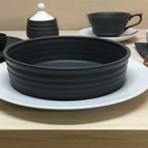 Kontrast koloru, formy i odczucia są centralnym przekazem kolekcji Black & White, która zmienia zasady wyglądu formalnego stołu wprowadzając prostotę ręcznego rzemiosła. Projekt: Marek Cecuła. Fot. Ćmielów Design Studio