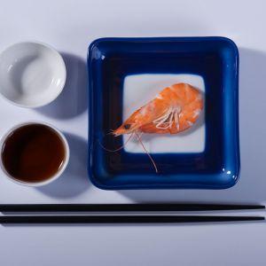 Bazę zestawu Sushi tworzy porcelanowa tacka, ręcznie maczana w kobalcie. Dopełnienie stanowi komplet pałeczek oraz dwie subtelne miseczki na sos sojowy i wasabi. Projekt: Marek Cecuła. Fot. Ćmielów Design Studio