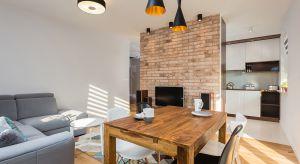 Niewielkie mieszkanie dla dwóch osób, urządzone w przytulnej, ciepłej konwencji. Lokum zapewnia wszystko, czego może potrzebować młode małżeństwo.