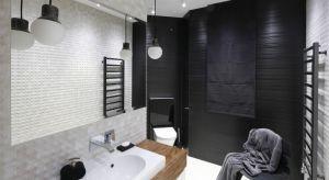 W naszej galerii pokazujemy przykłady ciemnych łazienek z domów Polaków. Wśród nich znajdziecie odważne, niemal na wskroś czarne aranżacje, jak i wnętrza, w których ciemne kolory są obecne w bardziej stonowanej formie.