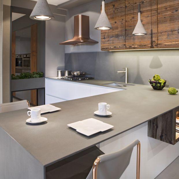 Nowoczesna kuchnia: postaw na szare blaty z praktycznego materiału