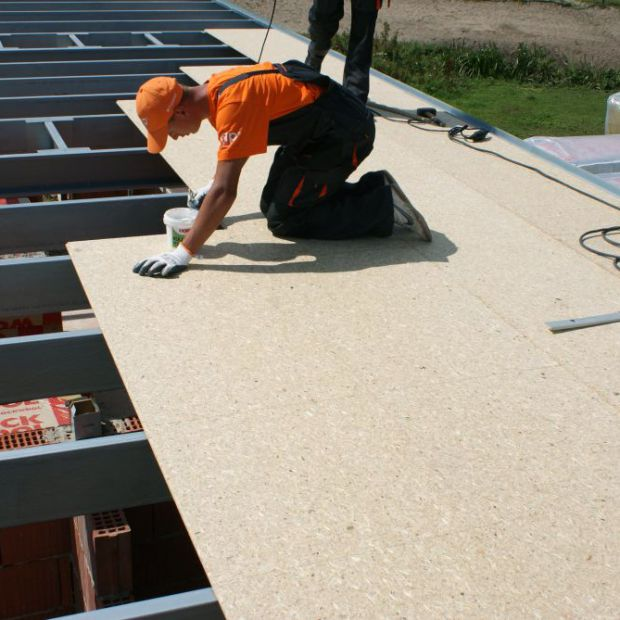 Budujemy dach: poszycie dachowe z płyt na pióro wpust
