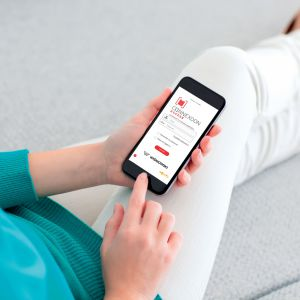 Sterowanie bramami i drzwiami smartConnected może odbywać się z mobilnej aplikacji, za pomocą działającego w technologi io-homecontrol urządzenia Connexoon  marki Somfy. Fot.  Wiśniowski