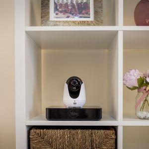 Platforma Smart Living to pakiet wyposażenia dla domu zapewniający komfort doboru różniących się wielkością inteligentnych alarmów, zamków i wizjerów elektronicznych oraz kamer. Fot. Yale