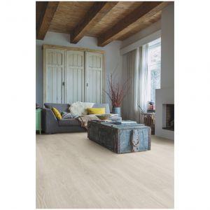 Panele podłogowe Dąb Leśny Jasnoszary (Majestic). Klasa ścieralności AC4. Wymiary: 2005x240x9,5 mm. Cena: 129,97 zł/m², Sklepy Komfort. Fot. Sklepy Komfort